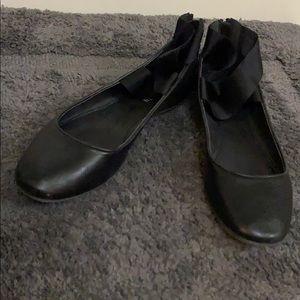 Black ballet slipper type flats.